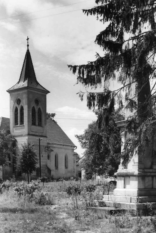 Obec Mušov musela zmizet kvůli vzniku novomlýnských nádrží. Na snímku je Kostel svatého Linharta v Mušově v roce 1974.