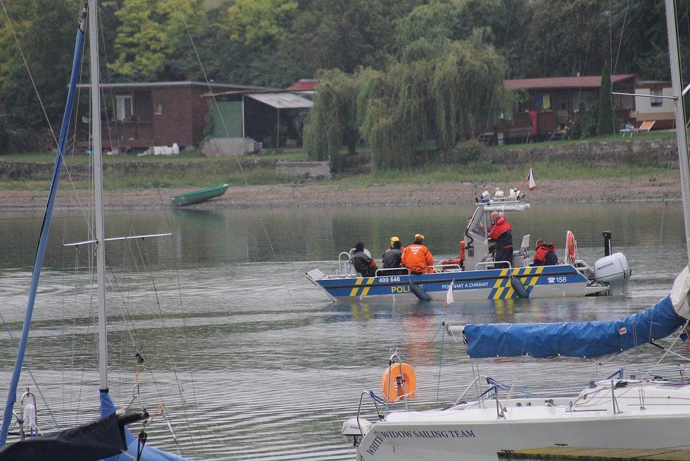 Na dolní nádrži na Nových Mlýnech začali v pondělí odpoledne s odstřely překážek ukrytých pod hladinou.