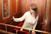 Návštěvníci lednického zámku se mohou nově podívat i na opravený historický výtah. V minulosti vozil k dětským pokojům ve druhé patře dospělé Lichtenštejny, zatímco malá knížata běhala po schodech.