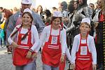 Burčákové slavnosti v Hustopečích bavily i historickým průvodem. Městem kráčel i cech hustopečských kurtizán nebo maratonci z Afriky.