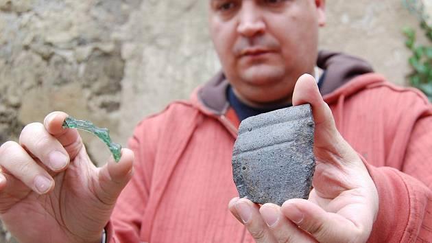 Archeolog Balázs Komoróczy ukazuje pozůstatky keltského sídliště, na které narazili dělníci v Novosedlech.