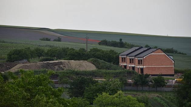 Jednadvacet nízkoenergetických rodinných domů vyrůstá v první etapě výstavby ve Starovicích. Dalších jednadvacet je pak doplní ve druhé fázi.