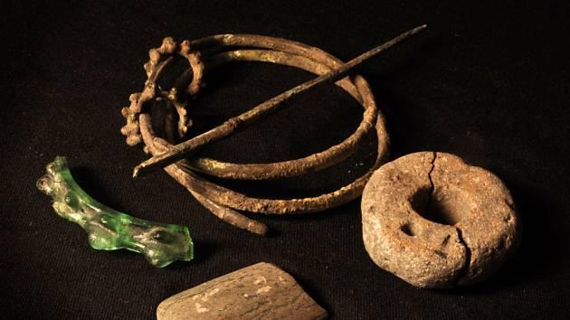 Výběr nálezů (skleněný náramek, jehlice, náramek, střepové kolečko) z laténského sídliště v Novesedlech