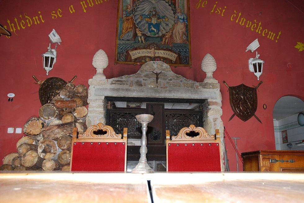 Je členem Řádu rytířů vína sv. Urbana. Karel Tumlíř z Valtic pořádá setkání v rytířském sále zámečku La Veneria.