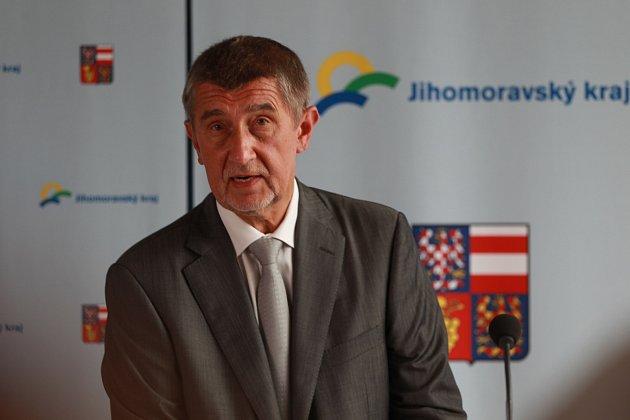 Andrej Babiš přijel se svou vládou v demisi ve středu do Břeclavi. V podvečer měl v tamním kulturním domě Delta diskuzi s obyvateli. Někteří si připravili i nelichotivé transparenty.