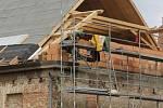 Valtické barokní divadlo se ve druhé polovině dvacátého století proměnilo v garáž pro zemědělské stroje. Národní památkový ústav je nyní obnovuje. Stavebníci pracují na střeše.