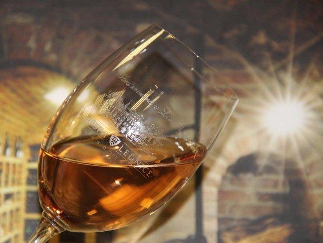 S hodně netradiční barvou Tramínu červeného a Rulandského šedého přišlo nedávno na trh Vinařství Lednice Annovino. Oranžové víno však vyrobili už i jiní vinaři na Břeclavsku.