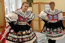 K volebním urnám dorazilo v sobotu v Pohořelicích na pomezí Brněnska a Břeclavska jedenáct krojovaných párů. Zároveň s krajskými volbami slavili totiž ve městě Babské hody.
