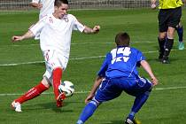 Lanžhotští fotbalisté (v bílém) si doma zastříleli. Deklasovali Lednici 6:0.