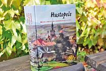 Obsáhlá monografie se na téměř osmi stech stranách snaží popsat veškeré dějiny města.