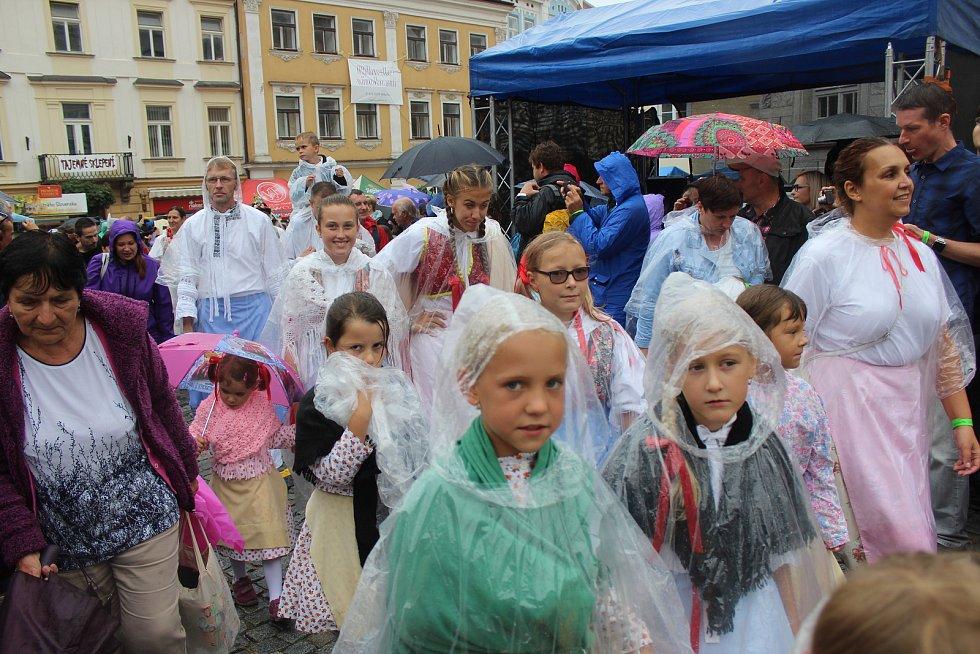 Návštěvníci si mikulovského Pálavského vinobraní 2019 užívali i v dešti.