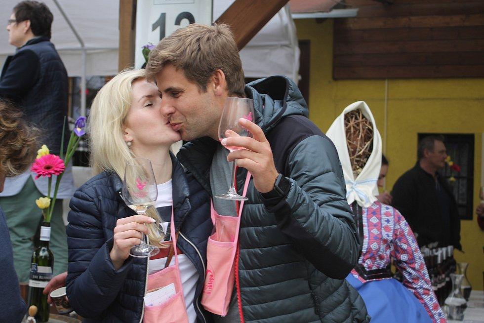 Patnáctý ročník putování za vínem Ze sklepa do sklepa ve Velkých Bílovicích na Břeclavsku se v tradičním termínu nekonal kvůli pandemii covid-19.
