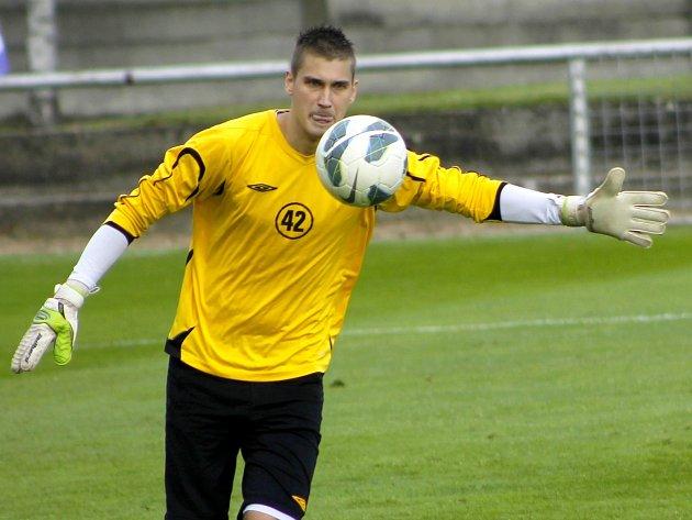 Fotbalisté Velkých Pavlovic (v červeném) porazili v derby Lanžhot na jeho vlastním trávníku 3:1.