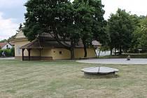 Součástí oprav boleradické návsi bylo i zvětšení tanečního parketu, který se využívá hlavně při tradičních Jánských hodech. Ty se v Boleradicích odehrají právě tento víkend a v sobotu slavnostně otevřou centrum obce návštěvníkům.