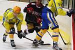 Břeclavští hokejisté (ve žlutém) porazili brněnskou Techniku 3:2 v prodloužení.
