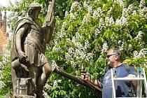 V kostelní zahradě v břeclavské Poštorné opravují sochu svatého Floriána.