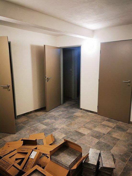 Sklep - vstup do archivu a dvoje toalety.