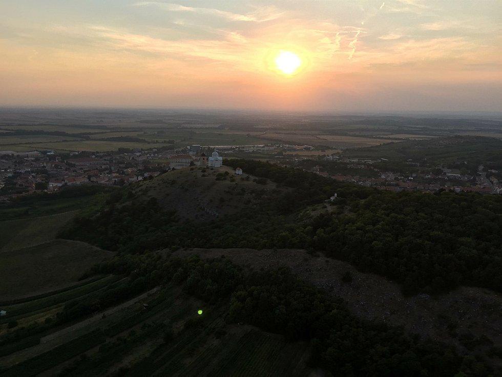 Letecký pohled na západ slunce nad Svatým kopečkem.
