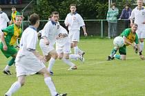 Fotbalisté Podluží (v bílém) v duelu s Ráječkem