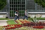 Putování lednickým zámeckým parkem se v sobotu se zahradním architektem Přemyslem Krejčiříkem zúčastnily desítky lidí. Komentovaná prohlídka byla součástí Víkendu otevřených zahrad.