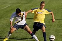 Fotbalisté Břeclavi (ve žlutém) v zápase se slovenským druholigistou Dunajskou Lužnou.