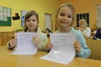 Žáci prvních tříd na břeclavské základní škole v Sovadinově ulici dostávali ve středu své první vysvědčení.