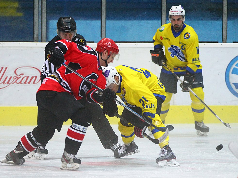 V předehrávce 3. kola krajské ligy prohráli Lvi Břeclav (ve žlutém) doma s Minervou Boskovice 3:8.