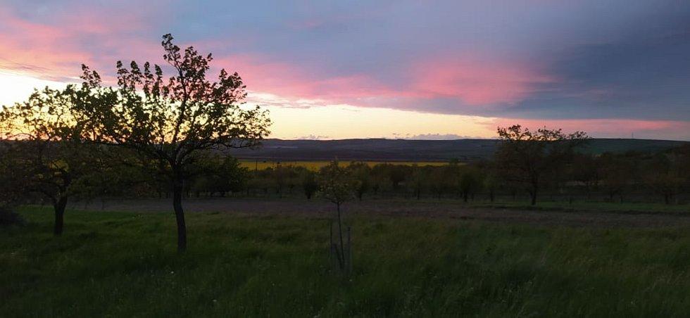 Západ slunce nastává kolem dvacáté hodiny večerní.