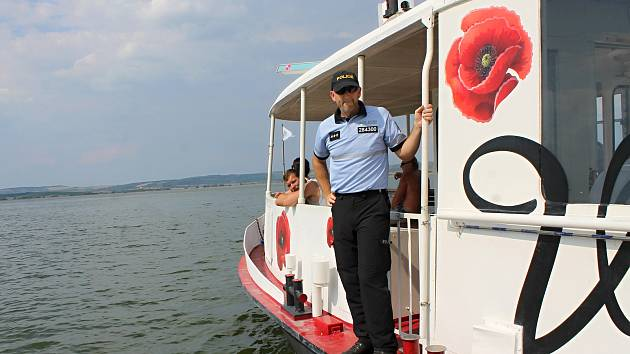Policisté na novomlýnské nádrži u Pavlova na Břeclavsku kontrolují plavidla na hladině.