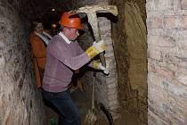 Ve Valtickém Podzemí vyhloubili základy prvního výklenku pro jedno z uměleckých děl, které vznikne při budoucí sochařské dílně. V nejdelší chodbě v sobotu kopal i Jaroslav Valný z Moravské Nové Vsi.