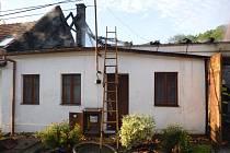 V Morkůvkách shořel rodinný dům, majitel se popálil na noze.