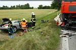 Nejprve do sebe vrazila dvě osobní auta. Jedno z nich následně ještě nabouralo do nákladního vozu.