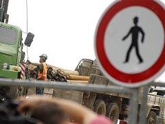 Řidiči čekají na úplné zprůjezdnění okresní silnice mezi Dolními Věstonicemi a Pavlovem.