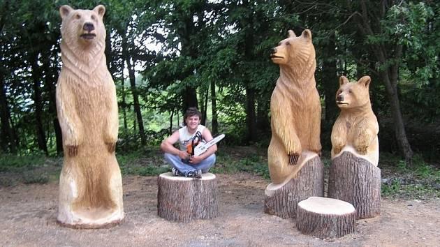Břeclavský řezbář Vlastimil Cigáň tvoří ze dřeva malé i rozměrné sochy.