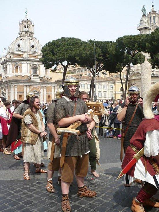Členové historické skupiny Marcomania převlečení do kostýmů římských legionářů se o víkendu zúčastnili se stovkami dalších nadšenců pochodu Římem.