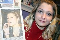"""Miroslava Schneiderová z Mikulova ukazuje vydání Nového života, v němž se ocitla na titulní straně. """"Měla jsem strašnou radost, že jsem byla v novinách dřív, než můj přítel. Jemu to ale nevadilo, byl rád. Vyhrála jsem pusu,"""" říká žena."""