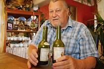Je členem Řádu rytířů vína sv. Urbana. Karel Tumlíř z Valtic je jedním z mála lidí, kteří znají recepturu výroby vína starořímskou metodou.