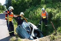 Řidič u Zaječí narazil do kanálové vpusti.