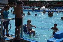 Na hustopečském koupališti mají novou vychytávku. Pro tělesně postižené tam nainstalovali speciální samoobslužný zvedák, který jim pomůže do vody i z ní.