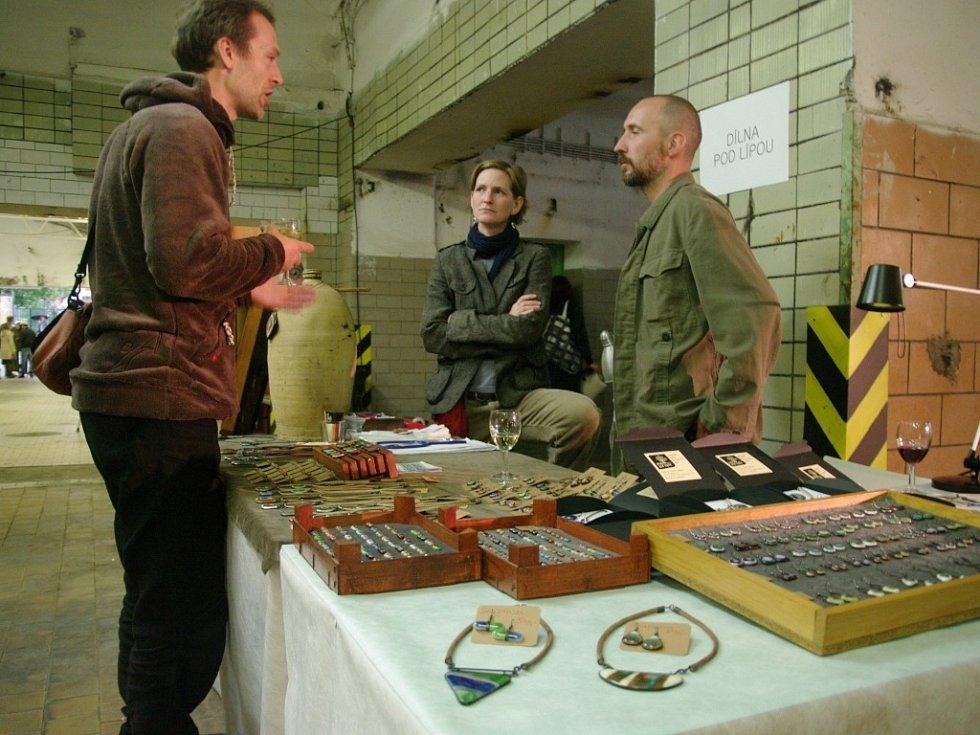Šperky z drátů či skla, čelenky, polštáře, lampy a další výrobky z dílen mladých českých designérů si mohli v pátek a sobotu prohlížet a nakupovat návštěvníci znojemského pivovaru.
