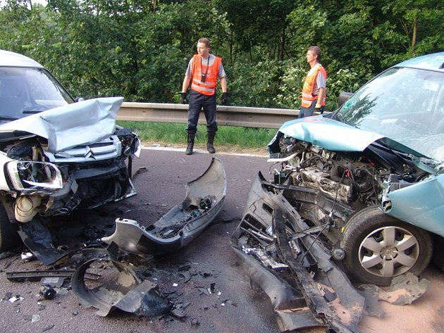 Při vážné dopravní nehodě se zranilo pět lidí včetně jednoho dítěte. Zasahovat musel i vrtulník.