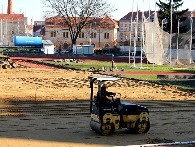 Opravy znojemského fotbalového stadionu pokračují.
