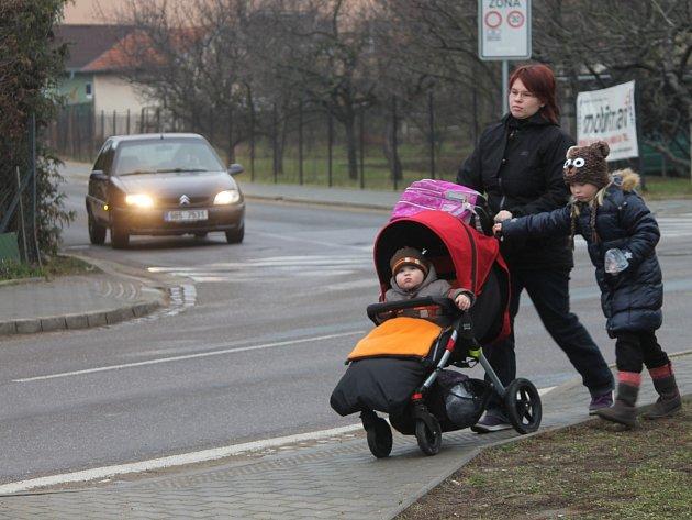 Chodník u hlavní silnice vedoucí ze Znojma do městské části přímětice navádí nevidomé na přechod, který ale na silnici není zakreslen. Stejně chybí i v odbočující ulici k místní prodejně.
