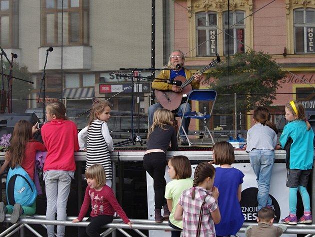 Sedmý ročník VOC festivalu přitáhl do centra Znojma několik tisíc návštěvníků. Navečer Horní náměstí naplnil Jaroslav Hutka.