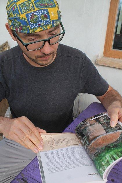 Knihu Houbařský rok na Znojemsku si prohlíží jeden ze spoluautorů, znojemský botanik Radomír Němec.