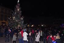Rozsvícením vánočního stromu a požehnáním adventního věnce začal v neděli program znojemského adventu.