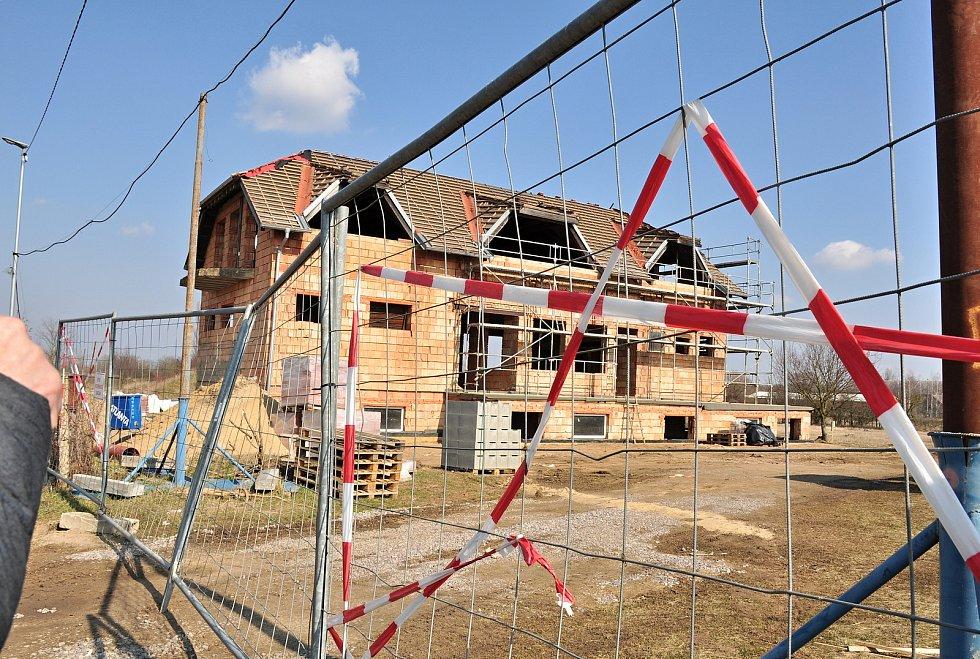 Chátrající nedokončenou stavbu takzvaného fitcentra Hevlínští odkoupili. Vzniknou tam startovací byty a prostory pro služby, například kadeřnictví.