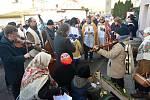 Na tradiční Hotařskou koledu za vinaři ve sklepech v Novém Šaldorfu vyrazili první lednovou sobotu členové Spolku přátel Hroznové kozy.