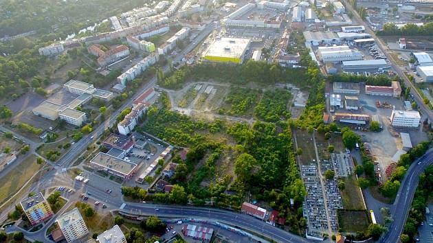 Letecký pohled na zatím zpustlý areál znojemské Malé Louky. Ilustrační foto.