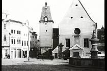 Výstava v Domě umění ukazuje digitalizované snímky ze sbírky skleněných fotografických desek zachycujících Znojmo a okolí na přelomu 19, a 20. století Na snímku Dolní, dnes  Masarykovom náměstí směrem kVlkově věži, vpopředí historická kašna sTritónem n